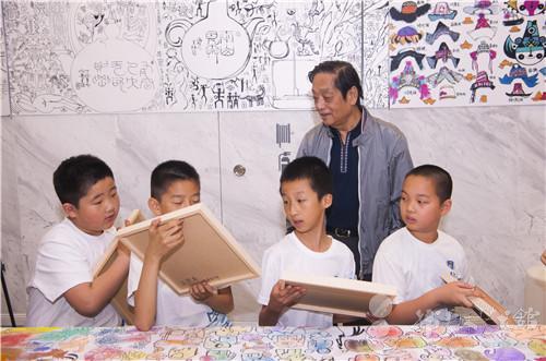 王思考小朋友向韩美林介绍自己的作品