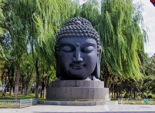 佛教题材室外雕塑,位于北京韩美林艺术馆